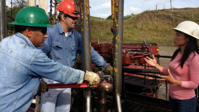 Oil extraction i Colombia: Mónica Amador in conversation with oil engineers.