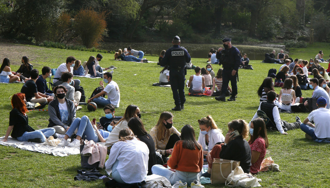 Sollys reduserer risikoen for koronarelaterte dødsfall, ifølge britisk forskning. Bildet er ra parken Vauban i Lille i Frankrike i forrige uke der politi patruljerte blant folk som nøt vårsolen.