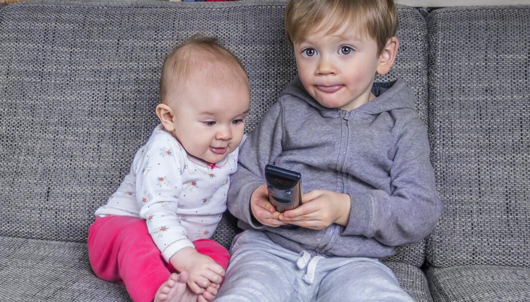 Noen barn ser på en skjerm mange timer om dagen.
