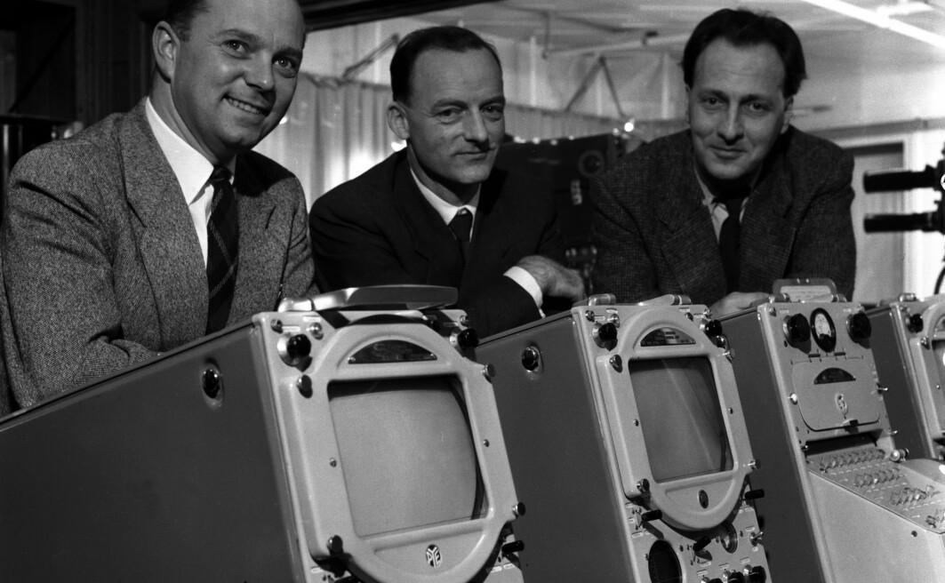 I begynnelsen var tv-produksjon en ganske streng situasjon. Det påvirket også språket, forteller professor Gunnstein Akselberg. Bildet er tatt i 1957, da det ennå bare var prøvesendinger. De tre velkledde NRK-herrene på bildet er overingeniør Kjell Løvaas, overingeniør Torbjørn Navelsaker og programredaktør Otto Nes.