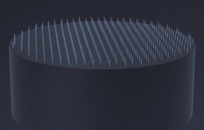 Nanotrådene vokser opp fra underlaget. Her er vist et tykt silisiumunderlag til sammenligning. Grafenunderlaget er mye tynnere. (Foto: (Bilde: CrayoNano))