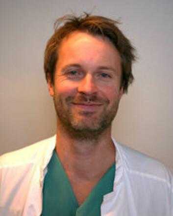 Forsker Magnus Hilland stikker q-tips i halsen på hikkepasienter. (Foto: T. A. Ellingsen, Haukeland universitetssykehus)