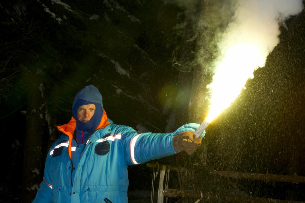 Andreas Mogensens fyrer av et nødbluss på en overlevelsestur i det russiske vinterlandskapet i januar 2014, like ved Stjernebyen, som området i Zvyozdny gorodok også er kjent som. Siden 1960-tallet har det vært hjemsted for Yuri Gagarin Cosmonaut Training Center.