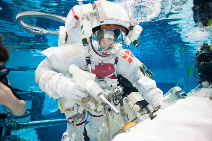 På grunn av overtrykket i og tyngden av romdrakten er det hardt å trene romvandringer i Nasas tolv meter dype basseng.