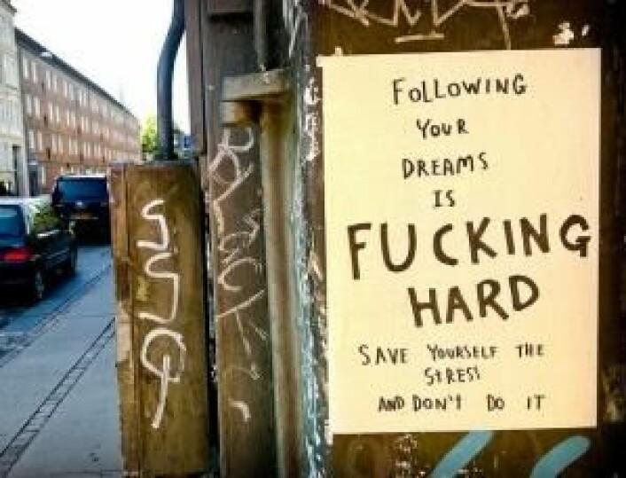 Engelske banneord og fornærmelser som fucking, shit og motherfucker sniker seg i stigende grad inn i de skandinaviske språkene. Ikke bare i graffiti og gatekunst som på bildet, men også i mediene. (Foto: Kissmama)