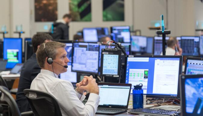 Her sitter Andreas Mogensen og guider en romvandring i kontrollsenteret eller «capcom», som det kalles, på Nasas Johnson Space Center i Houston en julidag i 2018. Den ser nesten ut som vanlig kontorarbeid.