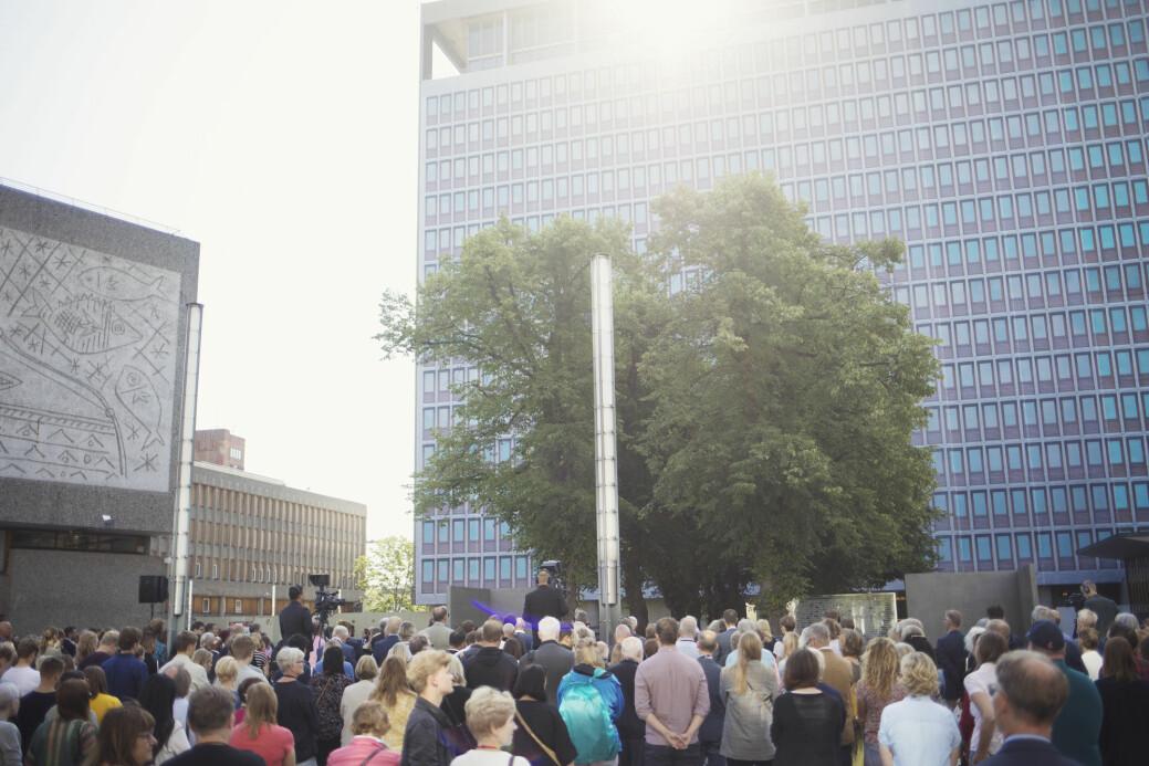 Forskere har intervjuet nesten hundre ansatte i departementene som var mål for terrorbomben 22. juli 2011. Her fra en minnemarkering i Regjeringskvartalet i Oslo.