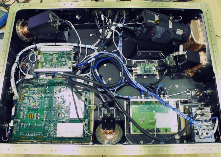 Et blikk inn i kammeret til ett av de fire HDEV-enhetene, som skal overføre HD-video direkte fra romstasjonen til NASAs internettsider. Kameraet fra Hitachi sees øverst til venstre. Det er et vanlig forbrukerkamera i øvre prisklasse, og skal prøves ut for å se hvordan det tåler partikkelstråling i rommet. (Foto: NASA)