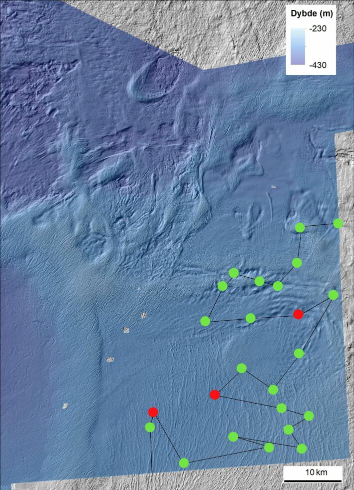 Kartet viser kurslinjer og undersøkte lokaliteter per 11.04. De grønne prikkene angir lokaliteter hvor det kun er gjennomført videofilming av havbunnen. De røde prikkene angir lokaliteter hvor havunnen både filmes og prøvetas med ulike redskap. Kart: Valerie Bellec, NGU
