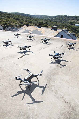 Engebråten har modifisert droner fra vanlige butikker for å få dem til å snakke sammen.