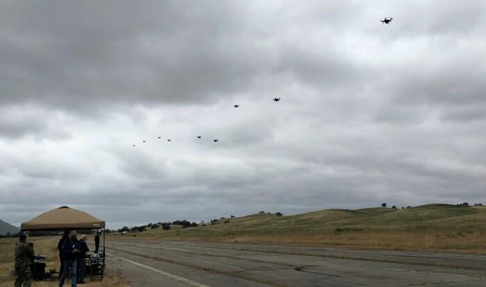 Rekorden til Sondre Engebråten er 13 droner i sverm samtidig.
