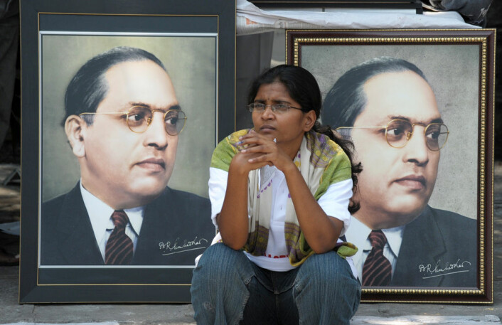 En indisk kvinne sitter foran portretter av de kasteløses viktigste symbol, juristen og politikeren B. R. Ambedkar, under feiringen av Ambedkars 122. fødselsdag i byen Hyderabad tidligere i år. Ambedkar er fortsatt, lenge etter sin død, en viktig inspirasjon for forskning på dalit-spørsmål. (Foto: AFP PHOTO/Noah Seelam)
