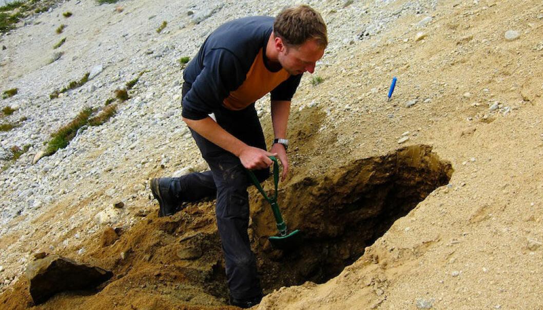 Når Ola Fredin leter etter løsmassenes hemmeligheter, bruker han både en bærebar datamaskin og en god gammeldags spade. Berit Husteli