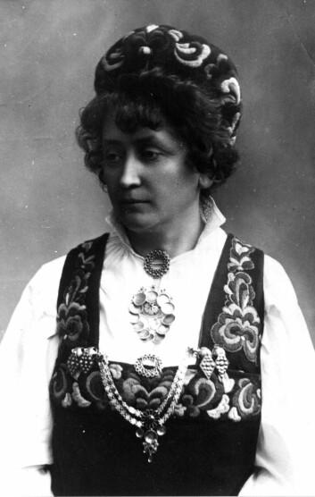 Hulda Garborg i hallingbunaden sin. Inspirasjonen fant hun i kirkeklærne fra Gol i Hallingdal var inspirasjonen til Hulda Garborgs egen Hallingbunad som hun fikk laget i 1898. (Foto: Norsk Folkemuseum)