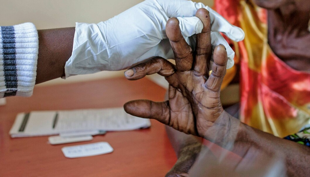 En eldre kvinne testes for malaria øst i Uganda.