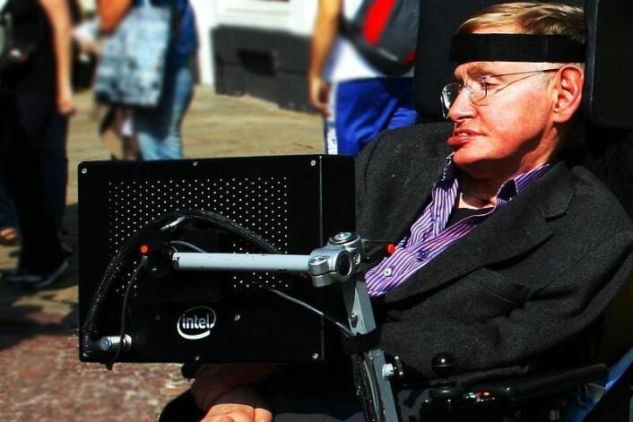 Stephen Hawkings geniale hjerne kommer mindre og mindre i kontakt med omverden. Det vil mange forhindre, og verktøyet iBrain kan antakeligvis hjelpe til. (Foto: Wikimedia Commons)