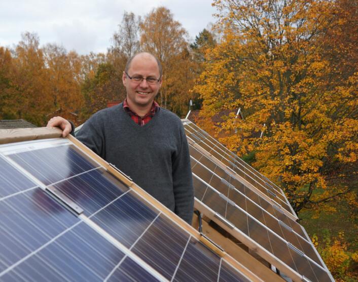 - Norden er godt egnet for solenergi, sier førsteamaniensis Espen Olsen ved UMB. Her står han foran solceller som brukes til å undervise studentene i miljøteknologi. (Foto: Arnfinn Christensen)