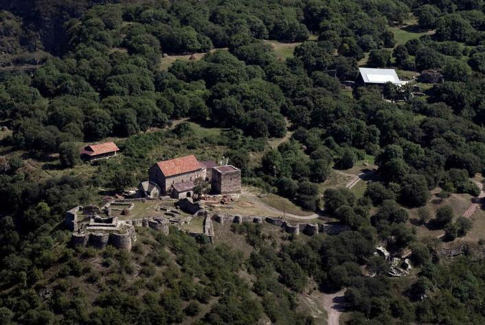 Flyfoto av middelalderlandsbyen Dmanisi i Georgia. Utgravingsfeltet ligger under taket oppe i høyre del av bildet. (Foto: Fernando Javier Urquijo)