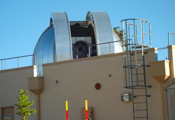 Dette teleskopet, med speildiameter på en meter, skal både fungere som en stor laserlommelykt opp til romstasjonen, og som antenne for lasersignalene der oppe fra. (Foto: NASA)