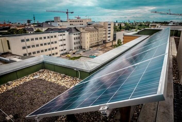 Tyskland har blitt verdens største produsent av solenergi, mye takket være at husholdninger kan inngå en kontrakt som gir fast pris og forrang i strømnettet i 20 år. (Foto: Scanpix, Jan-Morten Bjørnbakk)