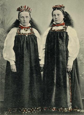 Folkedrakter fra Ål i Hallingdal, slik de ble brukt tradisjonelt. (Foto: Norsk Folkemuseum)
