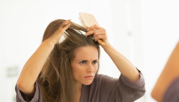 De første grå hårene kan være traumatiske. Mange velger å farge håret allerede fra første stunde.