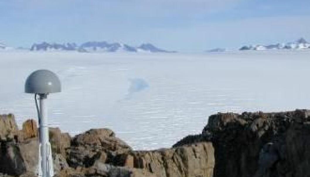 Det grønlandske grunnfjellet stiger etter hvert som isdekket forsvinner. Mer enn 50 GPS-stasjoner gir forskerne millimeterpresise data av øyas vertikale bevegelser. På bildet sees en GPS-stasjon med sender (kuppelen), som drives av solenergi. Shfaqat Abbas Khan