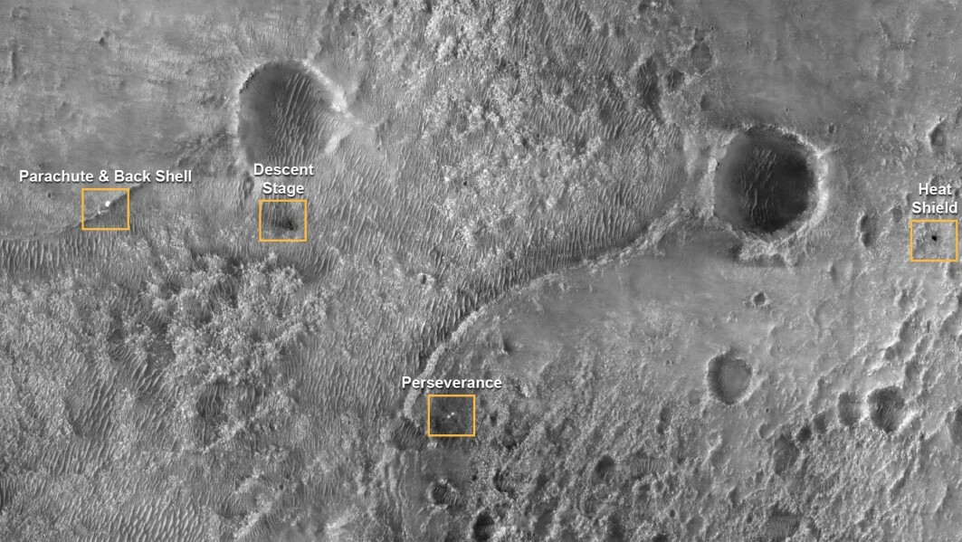 Perseverance har landet i den vestlige delen av det 45 kilometer brede Jezero-krateret. Her kan man se hvor de andre delene av landingsfartøyet – «decent stage», fallskjermen, ryggskjoldet og varmeskjoldet – dumpet ned. Fotografiet er tatt av sonden Mars Reconnaissance Orbiter.