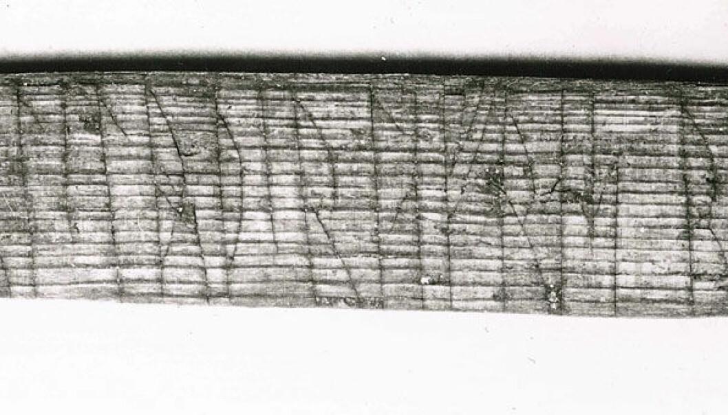 På denne pinnen fra 1200-tallets Bryggen i Bergen har to karer ved navn Sigurd og Lavrans skrevet navnene sine både i kode og med vanlige runer. Det hjalp runolog Jonas Nordby med å knekke jötunvillur-koden. Aslak Liestøl/Kulturhistorisk museum, UiO
