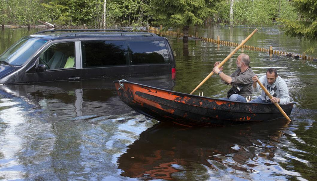 Bekem Berati ror rundt i hagen sin i Trysil for å ta en nærmere kikk på bilen han ikke klarte å flytte fra vannmassene. I mai i år steg vannet kraftig i Trysilelva og forårsaket flom og store oversvømmelser i Trysil og Nybergsund. Heiko Junge, NTB scanpix