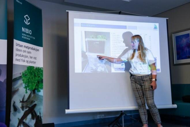 Prosjektleder Siv Lene Gangenes Skar innleder dagens økt med en teoretisk gjennomgang av hvordan en AquaponiBox bygges.
