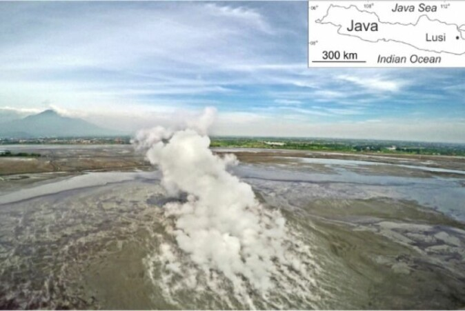 The main Lusi vent and its plume during regular geysering activity. In the background of the image the active Arjuno-Welirang volcanic complex is visible. Video can be viewed on YouTube.