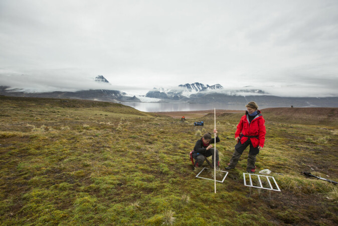The researchers Isabell Eischeid (left) and Virve Ravolainen on fieldwork in Svalbard.