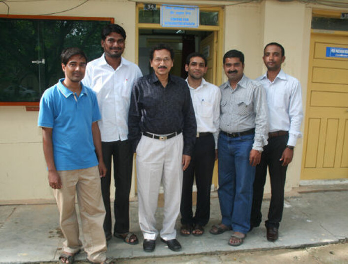 Forskere ved senteret CDAST ved Hyderabad University. Professor V. Krishna i mørk skjorte midt på bildet, omgitt av forskere som alle har tatt sin doktograd innenfor dalit- eller adivasistudier. Fra venstre P. K. Thakur, G. Raju, B. Singh, Venkat og C. S. Vithal. (Foto: Asle Rønning)