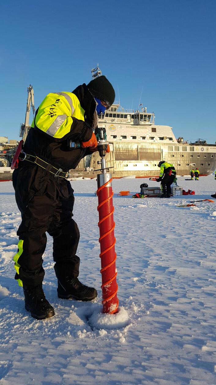 For å samle inn prøver av livet i isen borres det flere kjerner, et noe krevende arbeid i temperaturer over -30C