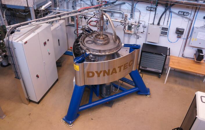 Denne reaktoren på Institutt for energiteknikk kan produsere superrent silisium. Silangass slynges ut mot de varme veggene i en sentrifuge, slik at gassen spaltes, og silisium avsettes på veggene. (Foto: Arnfinn Christensen, forskning.no.)