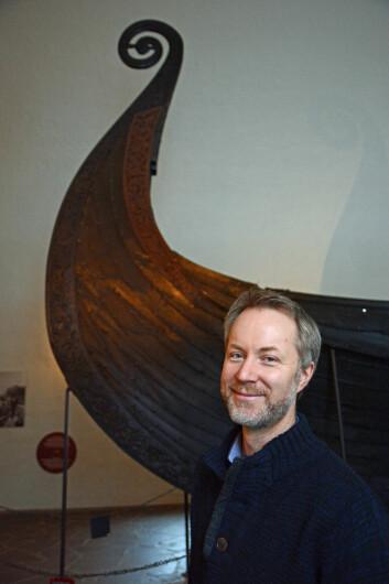 Runolog Jonas Nordby knekker koder. Oseberg-skipet rommer en av mange gåter fra vikingtida. (Foto: Ida Kvittingen)