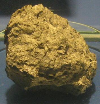 Meteoritten ALH84001, utstilt på Smithsonian museum. Den ble funnet i Antarktis i 1984, og inneholder strukturer som kan være fossiler av mikroorganismer fra planeten Mars. (Foto: James L. Stuby, Wikimedia Commons)