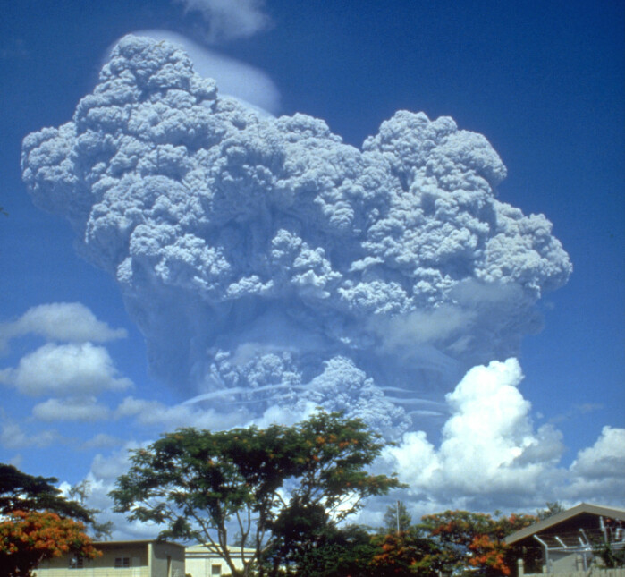 During the eruption of the volcano Pinatubo in the Pilippines in 1991, huge amounts of gases and particles were thrown high up in the atmosphere.