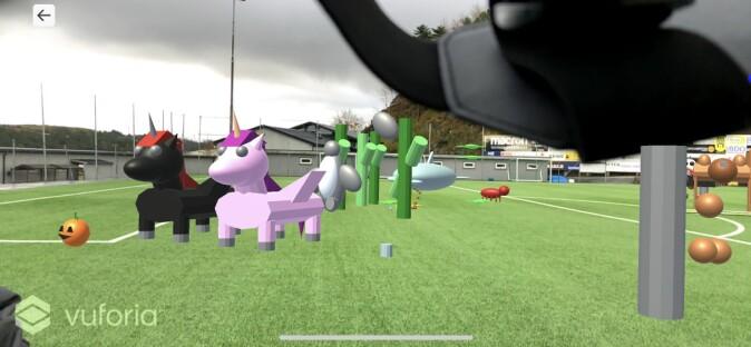 Sånn kan fotballbanen ved Husabø skole i Egersund se ut når elevene har utvidet virkeligheten med sine egne fantasifigurer.
