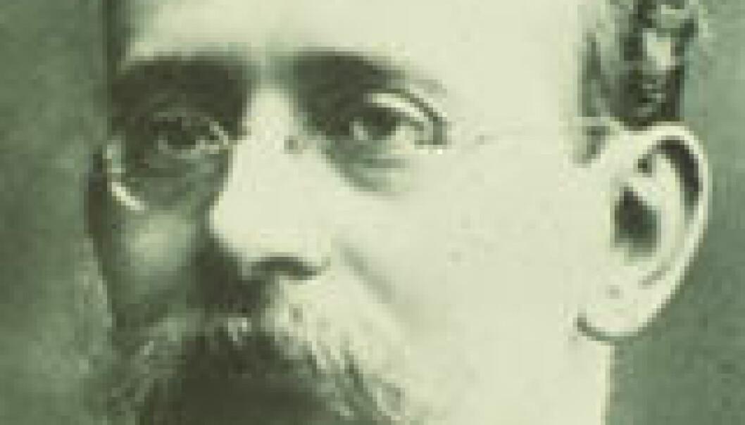 Kristian Birkeland gjorde banebrytende arbeid i forståelsen av nordlys og klarte å simulerere nordlysdannelse i laboratoriet sitt i Tromsø. En fungerende modell av hans banebrytende eksperiment fra 1913 kan man se og bruke på Tromsø Museum.