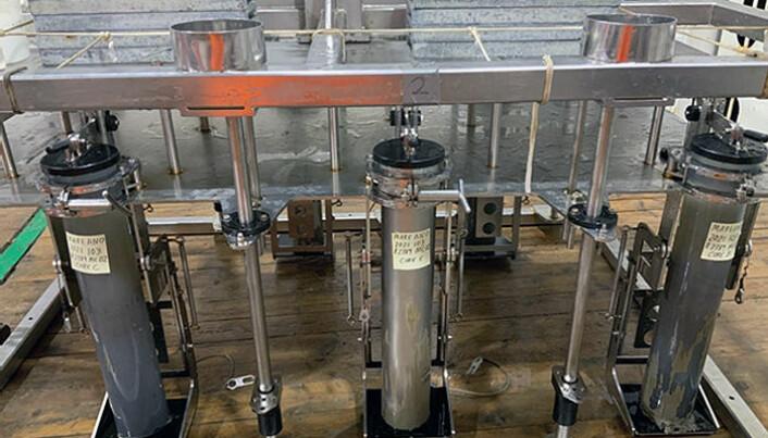 En multicorer kan ta opptil seks rør, hvor fire er i plast og to er i stål. Stålrøret blir brukt til å spore mikroplast uten fare for forurensning fra selve røret.