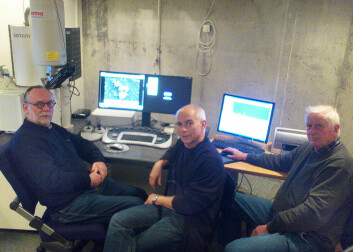 Egil S. Erichsen, Gunnar Bratbak og Mikal Heldal ved elektronmikroskopet (til venstre) på Universitetet i Bergen. (Foto: Andreas R. Graven)