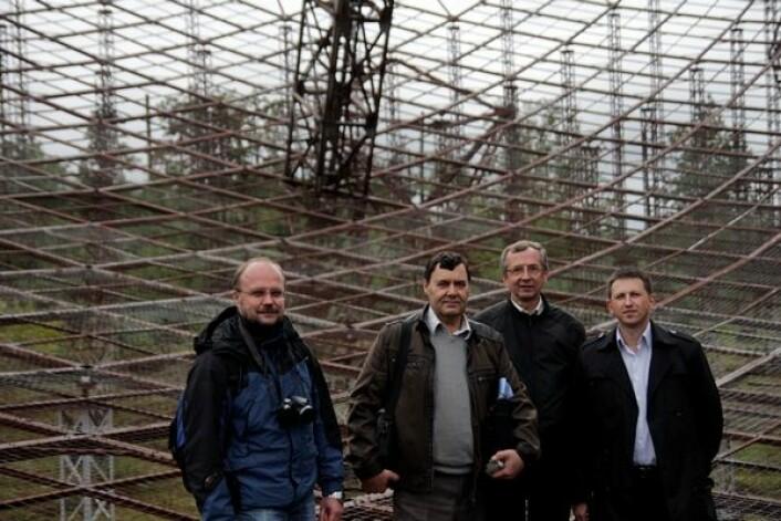 Forskerne Oleksandr Koloskov, Valeriy Pulyayev, sjefsingeniør Yakov Chepurnyy og doktorgradsstudent Mikhail V. Lyashenko oppe i radaren i Zmyiv. Foto: Frøy Katrine Myrhol