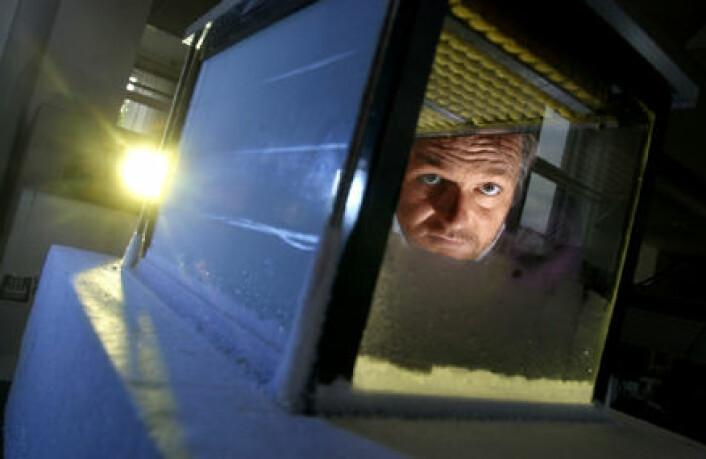 """""""Henrik Svensmark titter gjennom skykammeret som var kjernen i forsøkene i 2002. (Foto: DTU SPace)"""""""