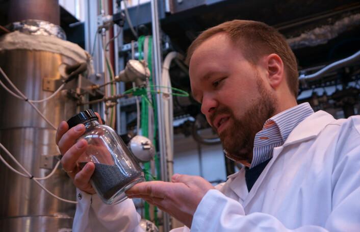 Forsker og fagområdeleder Werner Filtvedt med et glass silisiumkuler fra væskesengreaktoren i bakgrunnen. (Foto: Arnfinn Christensen, forskning.no.)