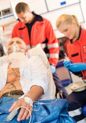 Ofte gjør førstehjelp at folk får igjen pulsen allerede i ambulansen. Men likevel har dødeligheten vært svært høy etter hjertestans, på grunn av hjerteskade. (Foto: Istockphoto)