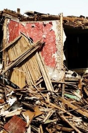 Det ligner søppelfylling etter at en tornado slipper fra seg det den har samlet opp. Det kan imidlertid ligge verdifulle ting, for eksempel familiebilder, i haugene. (Foto: Colourbox)