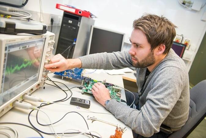 Forsker Eirik Grimstvedt jobber med en prototype av radardetektoren som skal være nyttelast på NorSat-3.