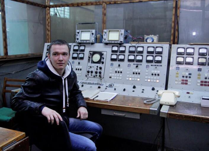 Inne i hjertet av den store radaren i Zmyiv, sitter masterstudent Stas Belosludeev og følger med på dataene som kommer inn. (Foto: Frøy Katrine Myrhol)